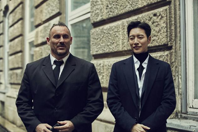 《MAN X MAN》外景劇照 朴海鎮與外籍演員互動_2