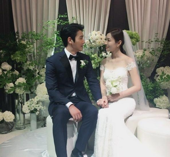 金素妍李尚禹結婚照公開 甜蜜握手雙目含情_2