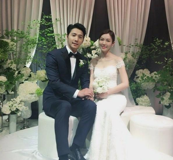 金素妍李尚禹結婚照公開 甜蜜握手雙目含情
