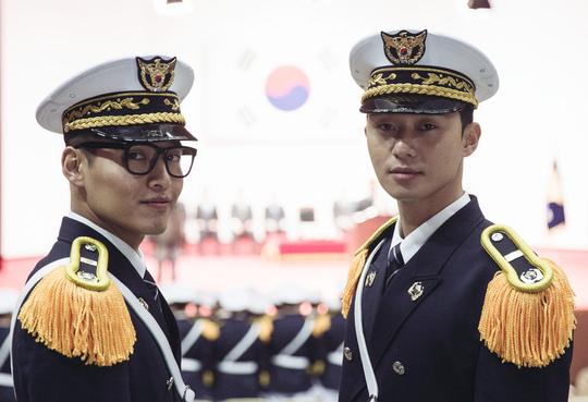 《青年警察》曝朴敘俊姜河那劇照 穿制服英姿颯爽