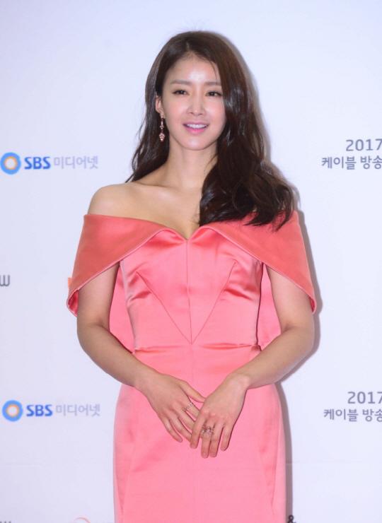李詩英SNS宣布婚訊 現已懷孕14週