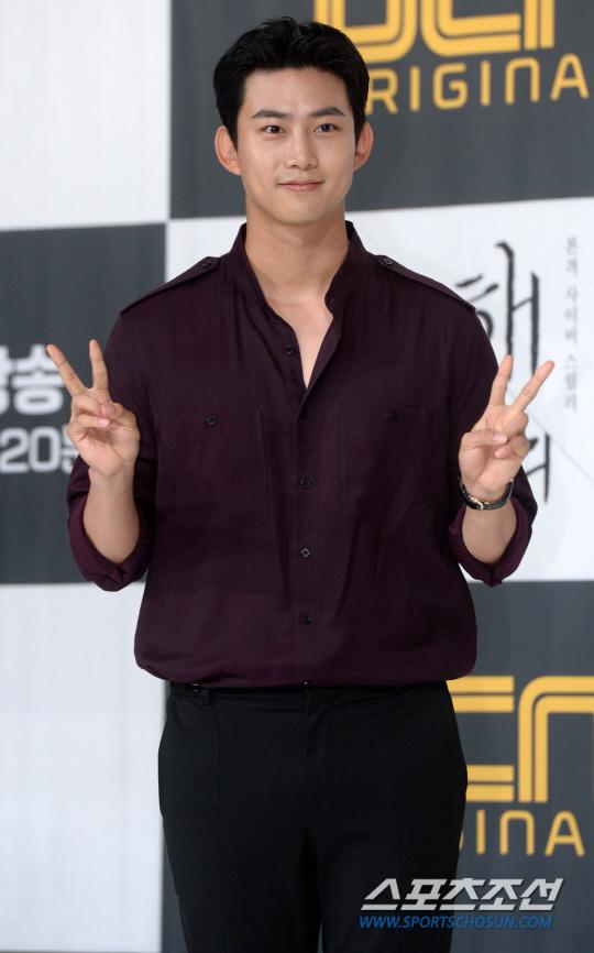 玉澤演出席《救救我》發表會 稱望今年入伍