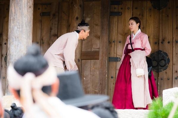新劇《名不虛傳》發布劇照 金亞中穿韓服儀態優雅_3