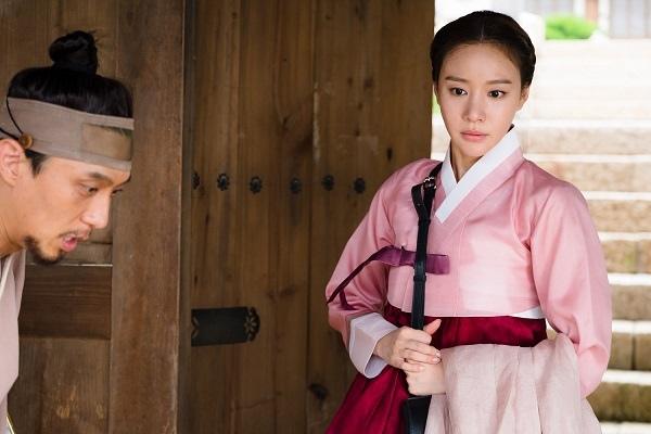 新劇《名不虛傳》發布劇照 金亞中穿韓服儀態優雅