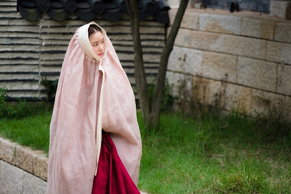 新劇《名不虛傳》發布劇照 金亞中穿韓服儀態優雅_2