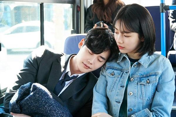 《當你沉睡時》首發劇照 李鍾碩裴秀智緊相依