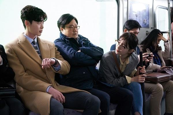 《當你沉睡時》公開劇照 裴秀智李鍾碩偶遇