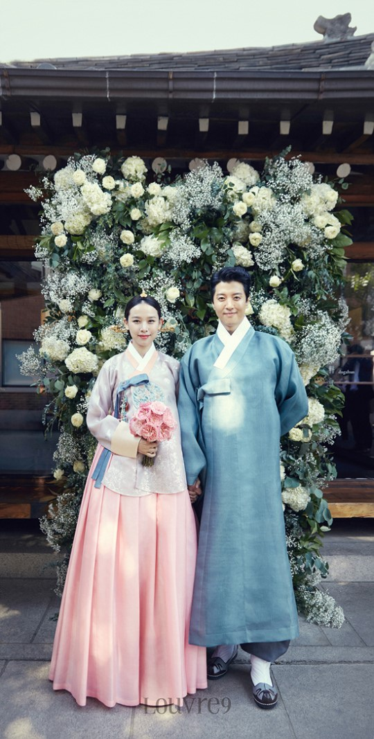 李東健趙胤熙婚照公開 高顏值夫婦展露幸福_3