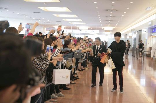 朴敘俊赴日本辦活動 眾粉絲機場迎接