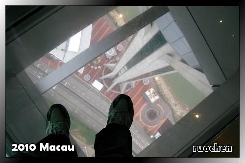旅遊塔58樓的透明地板...好高!