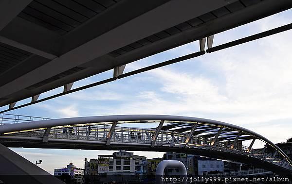 高雄港邊的一座拱橋