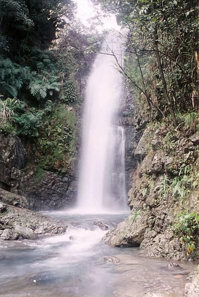 內洞~溪對面在山凹裏的瀑布