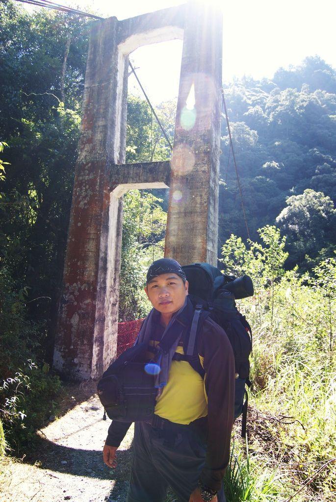 與馬達拉溪吊橋合影
