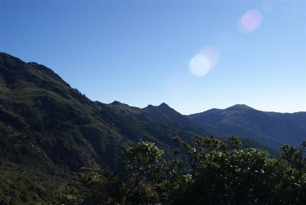 那個尖尖的是向陽山~後面圓頂的是三岔山