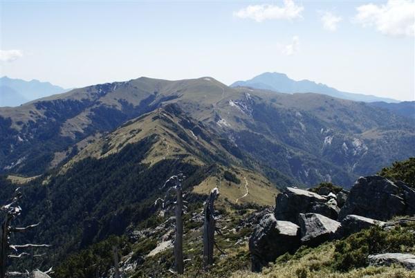 最遠處為新康山~近一點山上有塊禿的是三岔山~然後是條蜿蜒的路~