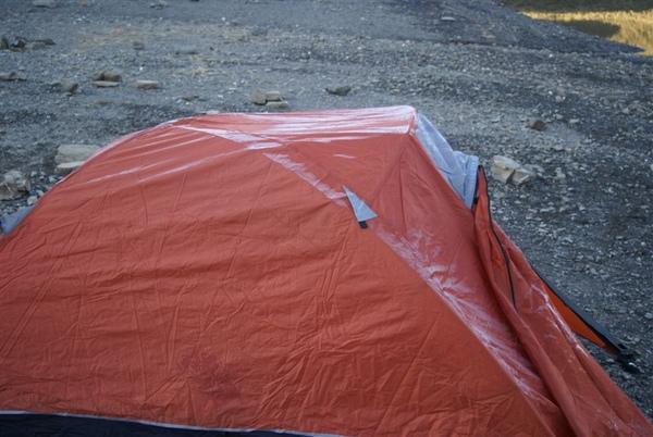 嘉明湖畔~昨夜真冷~帳篷都結霜了~~雖然水鹿在外頭叫了整晚~但我就是爬不起來~