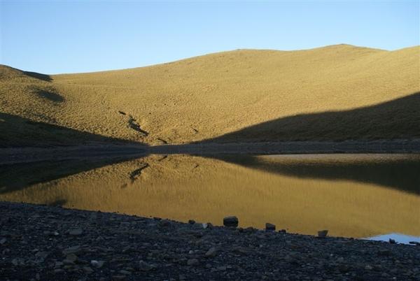 嘉明湖畔的湖光山色