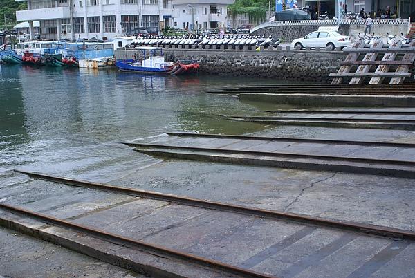 碼頭邊要去坐可以看到海底的船