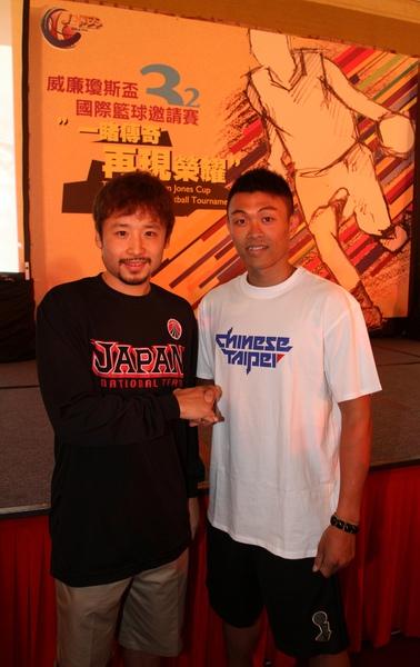 中華男籃隊員李學林與NBA球星田臥勇太(左)
