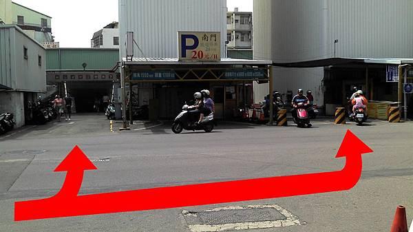 前站走法(2):第一個紅綠燈左轉穿越竹蓮地下道後右手邊。