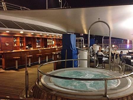 麗星郵輪的歐珊娜餐廳旁的按摩池