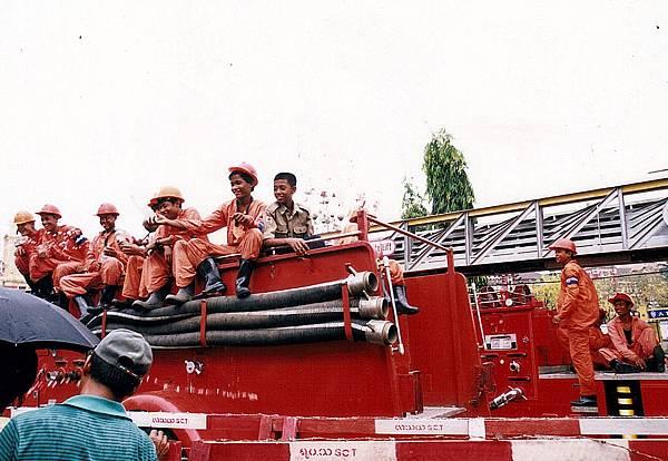 4~4消防車在場外待命準備發射3道水柱揭開序幕.jpg