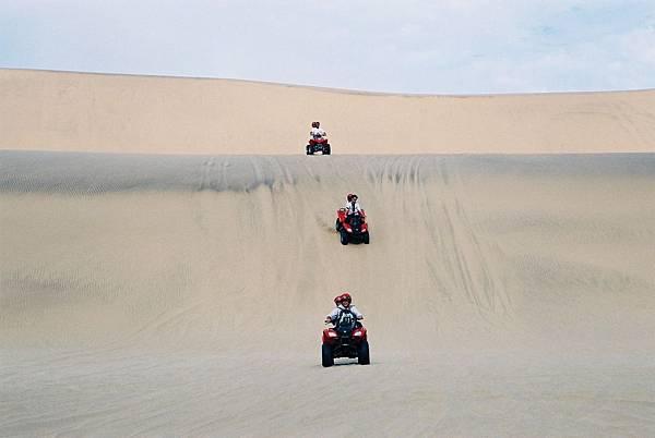 31.騎沙漠摩托車衝沙更High.JPG