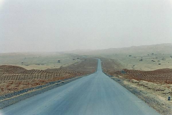16~1.塔克拉瑪干沙漠公路.JPG