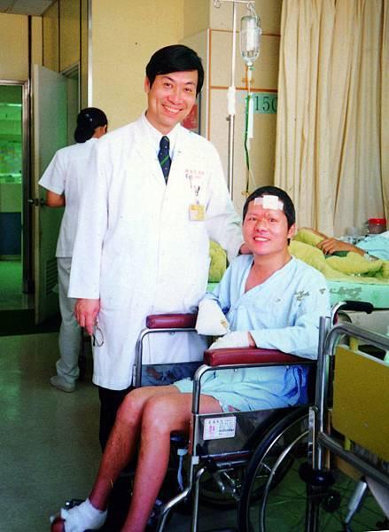 E-18長庚醫院魏福全醫師為高銘和安排外科手術。.jpg