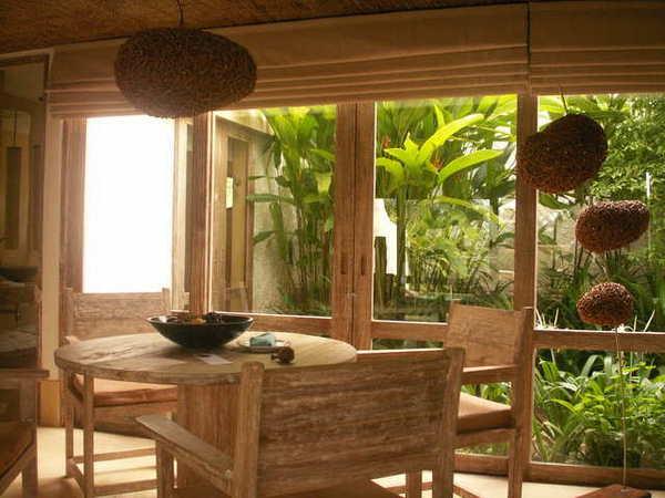 一樓餐桌與窗外花園