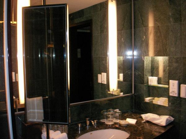 浴室梳妝台左側還有小鏡子
