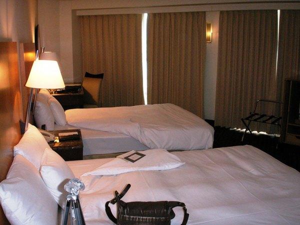 兩個雙人床和很典雅的床頭燈