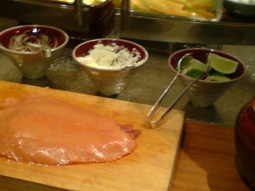 很大片的燻鮭魚