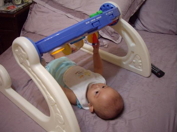 依舊喜歡躺在大床玩玩具
