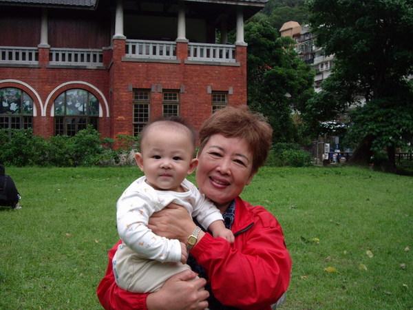 祖孫倆在溫泉鄉