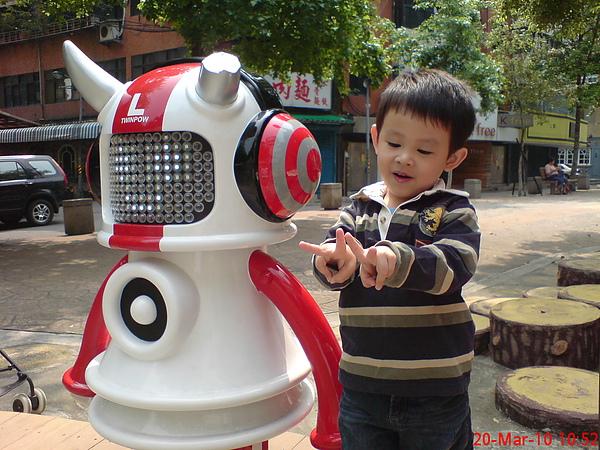 捷運公園裡的音樂機器人