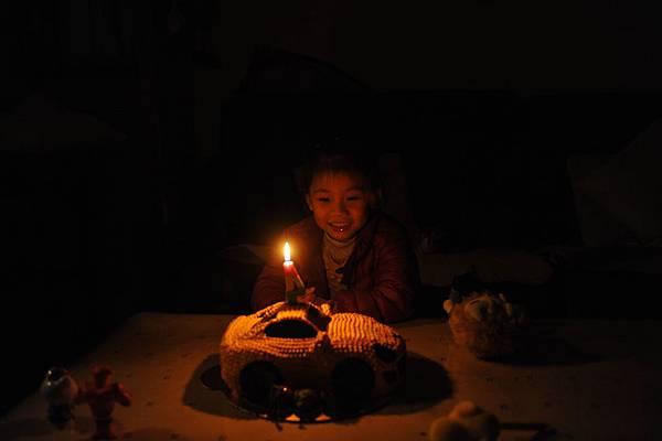 很開心的在唱生日快樂歌