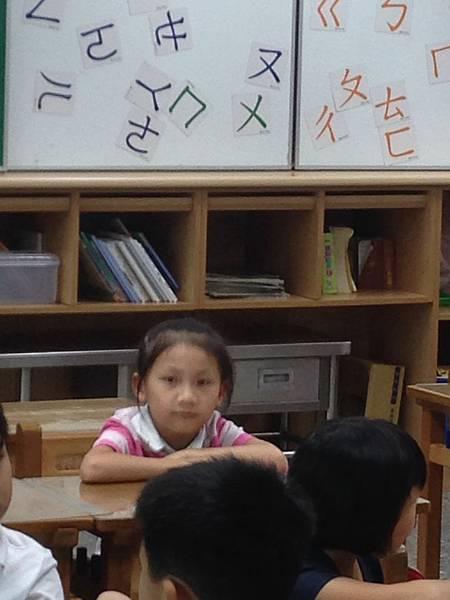 教室內無精打睬聽課中~