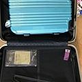 隨身衣物用品放20吋行李箱,再裝進28吋行李箱中。