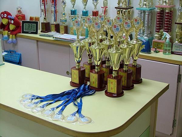 第12屆國際盃數學競賽_優等獎_又有六個已在頒獎現場領走了.JPG