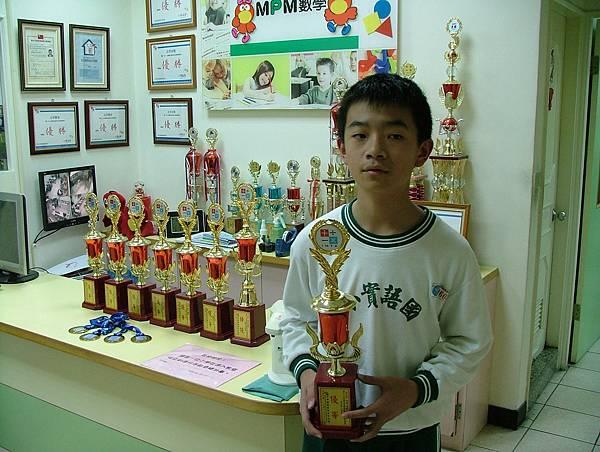 第13屆國際盃數學競賽_優等獎_冠哥_睽違瞭五年啦, 第二座獎杯盃到手.JPG