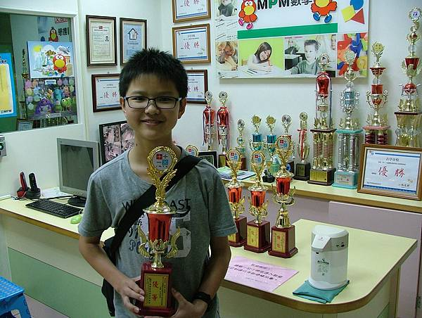 第13屆國際盃數學競賽_優等獎_曹大帥_這是我的第三座獎杯啦.JPG