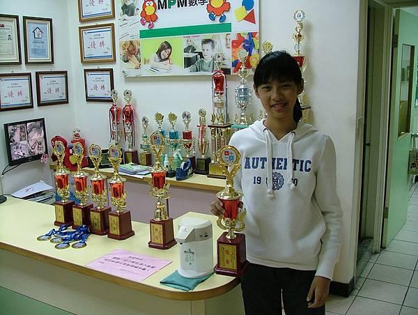 第13屆國際盃數學競賽_優等獎_芳芳_前面的, 那有甚麼,我家裡已經有八座獎盃啦.JPG