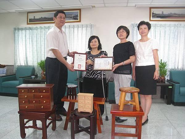 喜樂保育院院長林玉嫦(左二)代表受贈