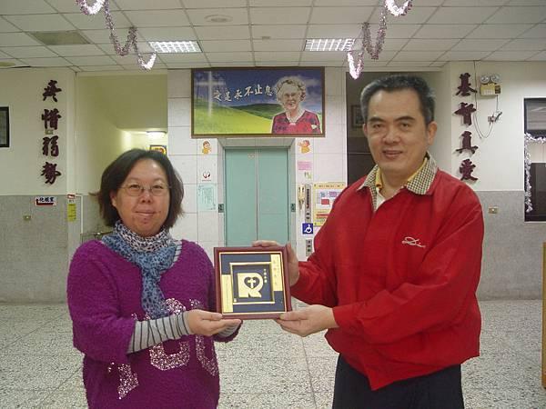 壹香肉鬆老闆又來送肉鬆了,行政部督導靜綺贈送喜樂恩友牌。