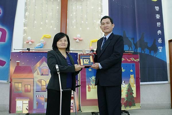 喜樂保育院院長林玉嫦贈與喜樂恩友牌給台中朝聖宮!