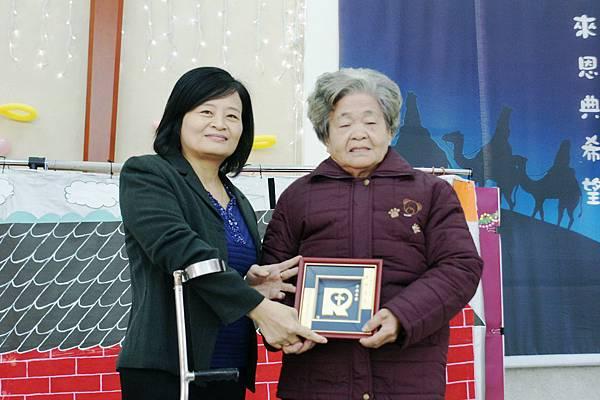 喜樂保育院院長贈喜樂恩友牌給黃陳裁縫女士!