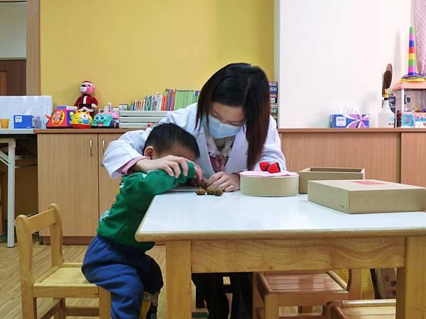 語言治療師透過蛋糕的不同口味,達到小孩視覺、認知及注意力的促進