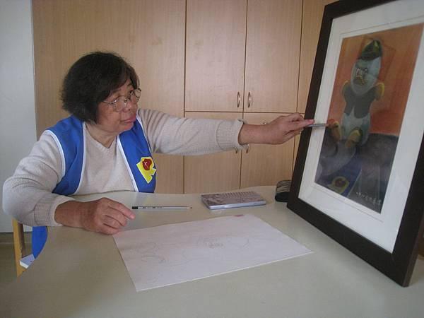 志工洪惠珠老師在每個星期六總會至喜樂教導喜樂服務對象畫畫
