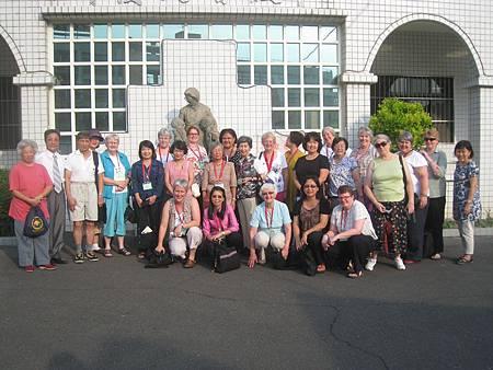來訪國外貴賓們在瑪喜樂銅像前合照